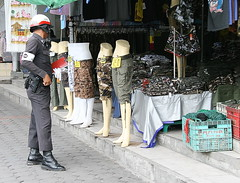 checking out the fashions (the foreign photographer - ฝรั่งถ่) Tags: traffic policeman sidewalk clothing clothes fashions sapan mai bangkhen bangkok thailand canon