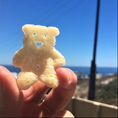 Pom Bear (rjmiller1807) Tags: 2018 crisps chips pombears pombear blouberg bloubergstrand westbeach capetown westerncape bear crisp iphone iphonese iphonography sea blue sky skies ocean water january gifts expat abroad