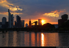 Sunset seen from Schaumainkai, Frankfurt, Germany (JH_1982) Tags: schaumainkai flöserbrücke sky yellow orange red sun glow silhouette silhouettes sunset ocaso sonnenuntergang coucherdesoleil pôrdosol tramonto закат zonsondergang zachódsłońca solnedgång solnedgang auringonlasku apus залез matahariterbenam mặttrờilặn 日落 日没 purple blue cloud clouds cloudy wolken skyline evening highrises skyscrapers wolkenkratzer hochhäuser main river fluss reflection cityscape urban urbanity city spiegelung frankfurt frankfurter francfort fráncfort francoforte meno 美因河畔法兰克福 フランクフルト フランクフルト・アム・マイン франкфурт hessen hesse germany deutschland allemagne alemania germania 德国 ドイツ 독일 германия spectacular pink water bluehour blauestunde