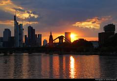Sunset seen from Schaumainkai, Frankfurt, Germany (JH_1982) Tags: schaumainkai flöserbrücke sky yellow orange red sun glow silhouette silhouettes sunset ocaso sonnenuntergang coucherdesoleil pôrdosol tramonto закат zonsondergang zachódsłońca solnedgång solnedgang auringonlasku apus залез matahariterbenam mặttrờilặn 日落 日没 purple blue cloud clouds cloudy wolken skyline evening highrises skyscrapers wolkenkratzer hochhäuser main river fluss reflection cityscape urban urbanity city spiegelung frankfurt frankfurter francfort fráncfort francoforte meno 美因河畔法兰克福 フランクフルト フランクフルト・アム・マイン франкфурт hessen hesse germany deutschland allemagne alemania germania 德国 ドイツ 독일 германия spectacular pink water