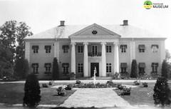 tm_4602 - Rottneros, Värmland (Tidaholms Museum) Tags: svartvit positiv herrgård byggnad 1944 värmland rottneros vattenfontän