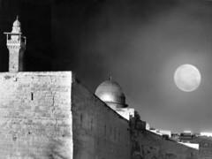 Entonces no era verdad  que vivía Dios en la luna?  Neruda (Lewitus) Tags: hasselblad500c jerusalem israel night omar towerofdavid 1972