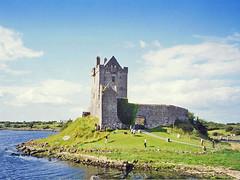 Irlande, le château de Dunguaire bâti en 1520 (Roger-11-Narbonne) Tags: irlande chateau castel eau mer