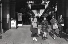London Marylebone station, Feb 2018 (AJH_1) Tags: london marylebone station street people black white bw kodak tmax 400iso olympus om1 travel england uk train film 35mm