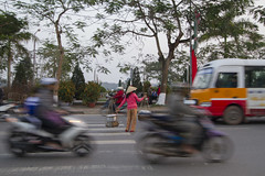 Traffic, Hué 3 (Rossyplaya) Tags: traffic trafico streetphotography hué movimiento movement streetphoto bici motocicleta vietnam carretera