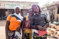 Korhogo morning (10b travelling / Carsten ten Brink) Tags: 10btravelling 2018 africa africaine african afrika afrique carstentenbrink cotedivoire elfenbeinkueste iptcbasic ivorian ivorycoast korhogo senoufo senufo westafrica africain cmtb ivoirien ivoirienne marche market morning north tenbrink trio women