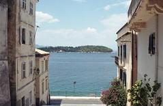Κέρκυρα, έξω από το Μουσείο Αντιβουνιώτισσας. Στο βάθος το νησάκι Βίδο.(Greece, Corfu). (Giannis Giannakitsas) Tags: greece grece griechenland κερκυρα corfu βιδο giannakitsas canon eos 650 slr 35 mm film camera