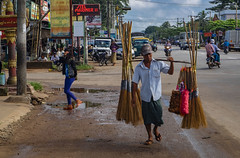 El hombre de las escobas (Nebelkuss) Tags: myanmar bagó asia birmania burma mon reinomon monkingdom callejeras street escoba broomstick fujixt1 fujinonxf1855
