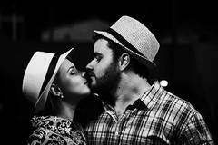 Gabriel + Bruna (Pedro Tanisho) Tags: casal couple chapéu hat beijo kiss retrato portrait noite night canon 7d man homem mulher woman brazil brasil preto branco black white bw