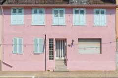 Am Dolkstraße (1) (pni) Tags: wall pink shadow door quiet street exteriorshutters house building lamp rainpipe stairs steppes stgoarshausen ger18 germany deutschland pekkanikrus skrubu pni