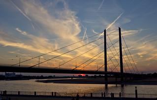Rheinkniebrücke in Düsseldorf mit glühendem Himmel