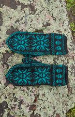 _DSC1536 (KateSi) Tags: strikking strikke knitting knitted mittens deathflake stranded strandedcolorwork norwegian tejido tricot tricoter yarn garn hilo fil tejer goth skull snowflake