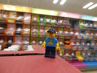 Junge im Bonbonladen