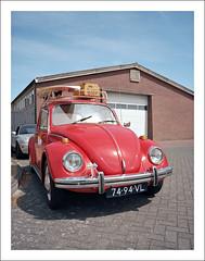 VW 1300 Käfer - II (macfred64) Tags: red film analog mediumformat 120 color vw1300 bug käfer vintagecar fujiga645wi fujinon45mmf4 kodakektar100 thenetherlands sneek