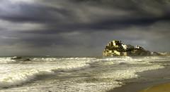 Luz antes de la tormenta. (rosanaparrillaleal) Tags: castillo muralla peñíscola olas blanco espuma casas paseo mañanero rayo tormenta playa mediterráneo viento