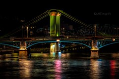 Brücke in Frankfurt (K&S-Fotografie) Tags: bridge city cityscape dusk cavenaghbridge street light skyline suspensionbridge illuminated longexposure foorbridge frankfurt wasser brücke himmel nacht gebäude stadt