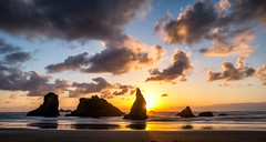 Bandon Beach Evening (Manuela Durson) Tags: bandon oregon oregoncoast facerock face rock coast coastal seascape nobody ocean beach silhouette evening sunset sunstar sun star sunsetoverwater over