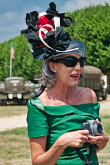 La modiste_0184 (lucbarre) Tags: chapeau modiste modistes vincennes en anciennes 2018 traversée de paris du château à lobservatoire meudon voiture ancienne torpédo simca dauphine renault juva4 traversé