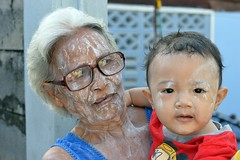 talcum powdered grandma with toddler (the foreign photographer - ฝรั่งถ่) Tags: talcum powder grandma grandmother toddler khlong thailand thanon portraits bangkok bangkhen nikon