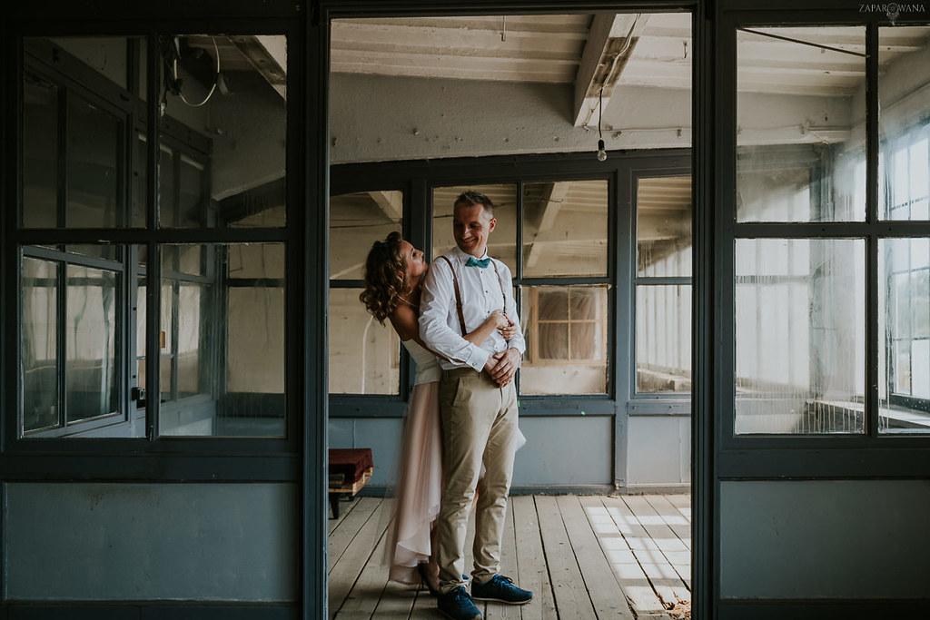 005 - ZAPAROWANA - Industrialna sesja ślubna - Fabryczne Atelier & Cegielnia