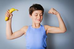 Jak zmienić nawyki żywieniowe u dzieci? (mmanuals) Tags: junge kind schulkind 1011jahre banane muskeln bizeps gesund ernhrung gesundheit vitamine stark kraft vital energie mineralstoffe magnesium nhrwerte trainiert kalium fitness sportlich stolz germany