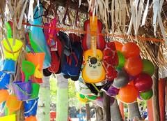 COLORIDO PLAYERO (♥ leona ♥) Tags: ♥leona♥ leona264 nikoncoolpixp510 playa vendimia juguetes guitarra playadelborrego sanblasnayaritmexico verano veraneo domingo12deagosto