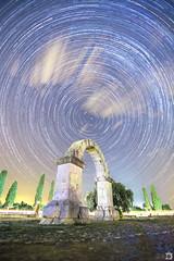 L'Arc ([Nelooo]) Tags: arco romano cabanes nocturna noche oscuro estrellas circumpolar polar nubes startrails perseidas trazos luces coches largaexposicion