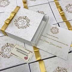 Caixinha para 12 doces, com agradecimento! 🎁 presentinho para pessoas especiais ❤️#bodasdeouro 📍casamentosetravessuras.com #casamentosetravessuras (casamentosetravessuras) Tags: instagram facebookpost lembrancinhas personalizadas