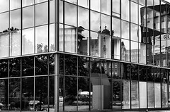 Das offene Fenster... (Hans_59) Tags: hamburg blackwhite blackandwhite bnw building gebäude facades fassaden fenster windows wolken clouds contrasts kontraste reflektionen reflections monochrome architecture architektur