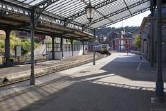 Een glimp van de wereld van Paul Delvaux (Tim Boric) Tags: pepinster station trein train zug bahn railway spoorwegen cheminsdefer sncb nmbs motorstel stelletje