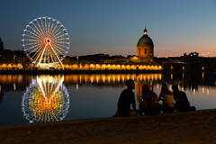Four young student in the evening at Toulouse (gaillardou) Tags: toulouse nuit night soir balade young amateur student talking eau water garonne city ciel personnes people roue dome jeune fille femme ado adolescente girl boy étudiant reflet reflect amatrice evening calm view watching voyeur grande fete foraine couleur tourne la grave ombre chinoise derriere dos