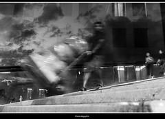 ponti (magicoda) Tags: italia italy magicoda foto fotografia venezia venice veneto bw persone people maggidavide davidemaggi passione passion voyeur calle calli candid bianco nero white black wife upskirt tourists donna woman long blur mosso fast veloce calatrava ponte bridge movement scarpe shoe barefoot gambe legs classic friends streetart fuji fujifilm x100 x100t mirrorless feet 2018 work worker working porter fatica uomo man sandals riflesso reflexion mirror specchio 20190127