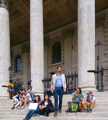 Relaxing at St. Martins (Snapshooter46) Tags: trafalgarsquare london church steps columns stone people sitting relaxing martinsinthefields
