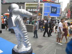 MTV Astronaut Award Guy Times Square NYC 7907 (Brechtbug) Tags: mtv awards silver styrofoam astronaut michelin man character guy hanging out times square nyc 2018 new york city 08192018 cable tv music television brand advertisement tire tires transportation balloon moon logo automotive flag advertising mascot cosmonaut spaceman space men helmet scifi science fiction moonman