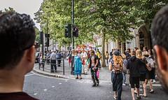 my English trip in July 2018: London, part XI (Juan-Chaves) Tags: calle street gente people londres london uk arboles trees hojas leafs trafico traffic cielo sky edificios buildings urbano urban espontaneo spontaneous spontaneousphotography hombre man hombres men mujer woman mujeres women chica girl chicas girls semaforo trafficlight caminando walking tarde afternoon taxi bike unionjack flag diversity cosmopolitan
