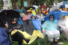 audience in rain 3 c