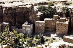 Traditional houses in a gorge (motohakone) Tags: jemen yemen arabia arabien dia slide digitalisiert digitized 1992 westasien westernasia ٱلْيَمَن alyaman