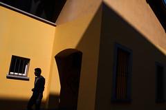 _MG_3594 (Dima7447) Tags: man uomo ragazzo boy giallo yellow occhiali sunglasses light shadow ombra luciombre luce sole sunny sunnyday urbansun urban urbanphoto urbanphotography street streetphoto streetphotography