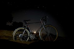 Moonrise (Shu-Sin) Tags: velo shusin randonneur bicycle bici bicicletta bike touring randonneuse chrome 650b rocks beach moonrise moon rise night long exposure stars