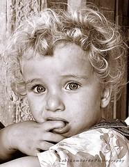 little child (gabi lombardo) Tags: ritratto pirtrait child bambino monochrome kind viso cara face gesicht occhi ezes augen hand mano main riccioli lockenkopf