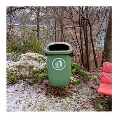62 (trash can) (ngbrx) Tags: brienz berneseoberland switzerland schweiz suisse svizzera bern berne bernese berner oberland winter trash can mülleimer schnee snow bench bank