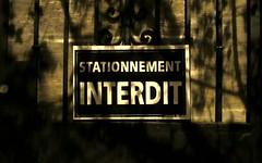 Bouge de là! (Robert Saucier) Tags: montréal montreal nuit night noflash stationnementinterdit noparking mur wall ombres shadows img0091