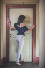 Célia (www.michelconrad.fr) Tags: jaune rouge vert bleu canon eos6d eos 6d ef24105mmf4lisusm 24105mm 24105 femme modele portrait studio noir pose porte mur pantalon body