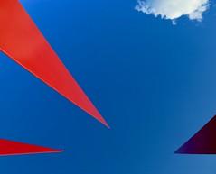 Le petit nuage blanc (Alex L'aventurier,) Tags: stirénée quebec québec charlevoix canada red rouge bleu blue sky ciel art nuage cloud minimal minimalisme