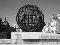 Posée dans le centre (LUMEN SCRIPT) Tags: france paris water geometry city globe sphere art monochrome