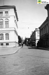 tm_4621 (Tidaholms Museum) Tags: svartvit positiv stadsgata 1943 semesterresa kristinehamn värmland