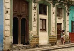 Cuba- La Habana (venturidonatella) Tags: cuba lahabana lhavana havana habana caraibi caribbean street strada streetlife streetscene porta door persone people gentes colori colors nikon nikond500 d500 architettura edificio donna woman