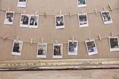 Pinzamiento enumbar. (elojeador) Tags: foto fotografía tablón cuerda pinza marco cuadro saco arpillera tela polaroid bar restaurante barcelona conherniasdepisto elojeador