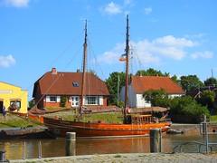 schöne Boote in Tönning (Sophia-Fatima) Tags: eider historischerhafentönning eiderstedt nordfriesland schleswigholstein deutschland tönning boot segelboot