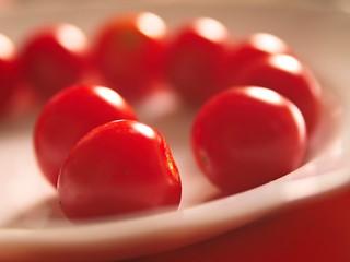2018:08:12 14:57:40 - Tomaten Ernte auf einem Teller